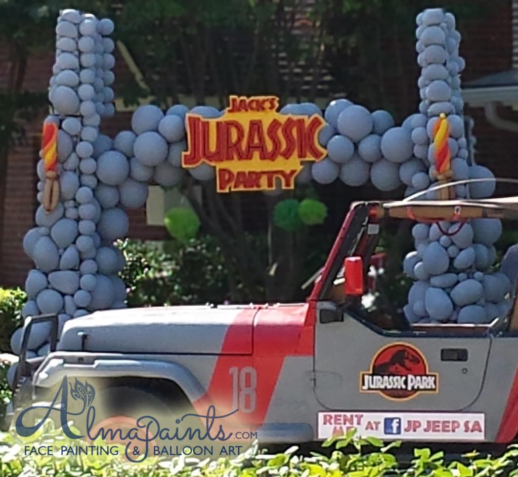 Jurassic Park enterance, balloon arch, balloon decor, balloon art, dinasour party, Jurassic Party. Almapaints, The best balloons in San Antonio
